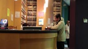 Клиент оплачивая деньги к зубоврачебному работник службы рисепшн акции видеоматериалы