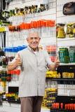 Клиент показывать большие пальцы руки вверх в магазине оборудования Стоковые Фото