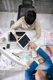 Клиент показывая образцы цвета Стоковые Фото