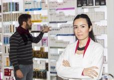 Клиент порции аптекаря Стоковые Фото