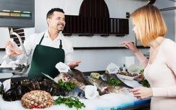 Клиент порции продавца в рыбозаводе Стоковое Изображение RF