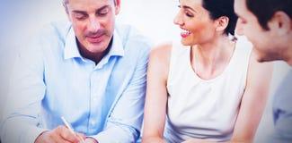 Клиент подписывая контракт с женой стоковое изображение