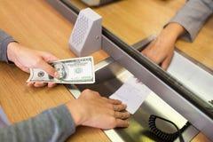 Клиент при деньги принимая получение от клерка банка Стоковое Фото