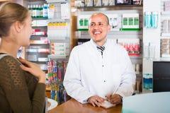 Клиент сервировки аптекаря в фармации Стоковое Изображение