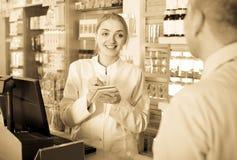 Клиент сервировки аптекаря в фармации Стоковые Изображения RF