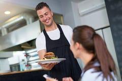 Клиент сервировки кельнера стоковые фото