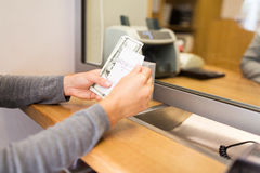Клиент с деньгами и получение на счетчике банка Стоковое Изображение