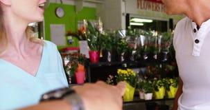 Клиент указывая на цветок в цветочном магазине акции видеоматериалы