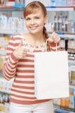 Клиент фармации с бумажной сумкой Стоковые Изображения