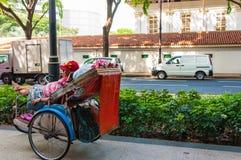 Клиент человека trishaw ждать стоковые изображения rf