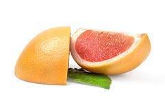2 клина грейпфрута на белой предпосылке с зелеными лист Стоковое Изображение