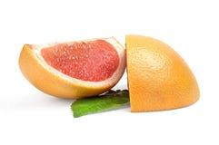 2 клина грейпфрута на белой предпосылке с зелеными лист Стоковая Фотография RF