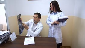клиника Доктора рассматривают рентгеновский снимок видеоматериал