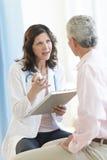 Клиника доктора Discussing С Пациента В Стоковое Изображение RF