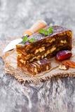 Клин грецкого ореха даты с шутихами multigrain на деревянном столе Стоковая Фотография RF