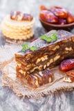 Клин грецкого ореха даты с шутихами multigrain на деревянном столе Стоковое Изображение RF