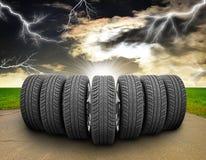 Клин колес автомобиля Дорога, обочины, поле травы иллюстрация вектора