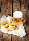 Клин кружки и картошки пива на деревенской деревянной таблице Стоковая Фотография RF