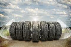 Клин новых колес автомобиля на старой дороге с конспектом Стоковая Фотография RF