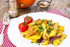 Клин, лук и зеленые цвета картошки на белой плите Стоковое Фото