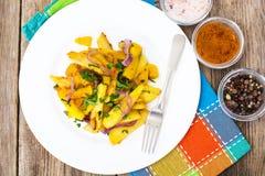 Клин, лук и зеленые цвета картошки на белой плите Стоковая Фотография