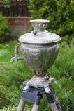 клиппирование изолировало белизну чая samovar старого путя русскую Стоковое Фото