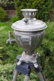 клиппирование изолировало белизну чая samovar старого путя русскую Стоковая Фотография