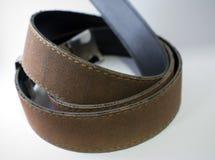 клиппирование коричневого цвета пояса предпосылки изолировало кожаную белизну путя Стоковые Изображения RF