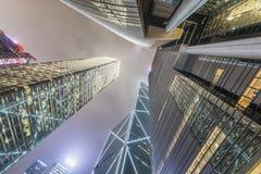 К небу взгляд ночи современных небоскребов города владение домашнего ключа принципиальной схемы дела золотистое достигая небо к стоковая фотография rf