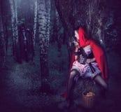 Клобук катания девушки красный с автоматическим Стоковые Изображения