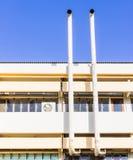 Клобук системы условия воздуха старого типа на старом здании на глянцеватый день Стоковое фото RF