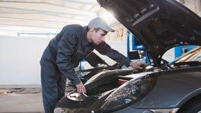Клобук для sportcar - механик в гараже автомобиля Стоковые Изображения RF