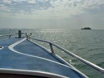 К острову через море Стоковые Фотографии RF