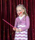 Клоун девушки нося составляет держать над определенным размер гребнем Стоковые Изображения