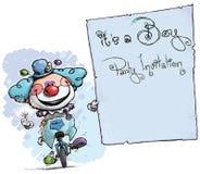 Клоун на юнисайкле держа Приглашени-его партия мальчика Стоковое фото RF