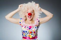 Клоун с белым париком против Стоковые Фотографии RF