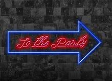 К партии подпишите внутри Glooming шрифт голубого красного цвета перед темной стеной Стоковые Изображения
