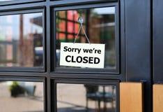 К сожалению мы закрытая доска знака вися на двери кафа стоковое фото