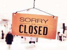 К сожалению мы закрытый вид знака на двери на моле стоковое изображение rf