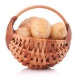 Клубень картошки в плетеной корзине изолированной на белой предпосылке Стоковые Изображения