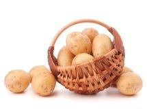 Клубень картошки в плетеной корзине изолированной на белой предпосылке Стоковые Фотографии RF