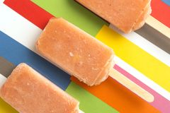 Клубника, апельсин, ананас, Popsicles плодоовощ манго на красочном Стоковая Фотография RF