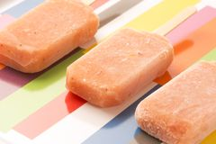 Клубника, апельсин, ананас, Popsicles плодоовощ манго Стоковые Изображения RF