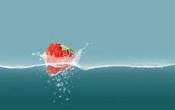 Клубника в воде Стоковые Изображения
