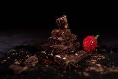 Клубника лежа позади пирамиды шоколада Стоковые Изображения RF