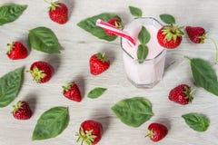 Клубника лета smoothies питья с мятой Стоковые Изображения
