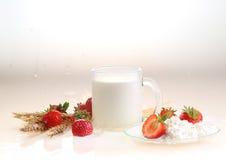 Клубника и молоко на белой предпосылке, молоко в прозрачном Стоковые Фото