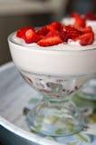 Клубника и cream десерт в sundae Стоковая Фотография