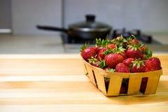 Клубника на деревянном столе Стоковая Фотография RF