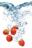 Клубника падает глубоко под воду Стоковые Изображения RF